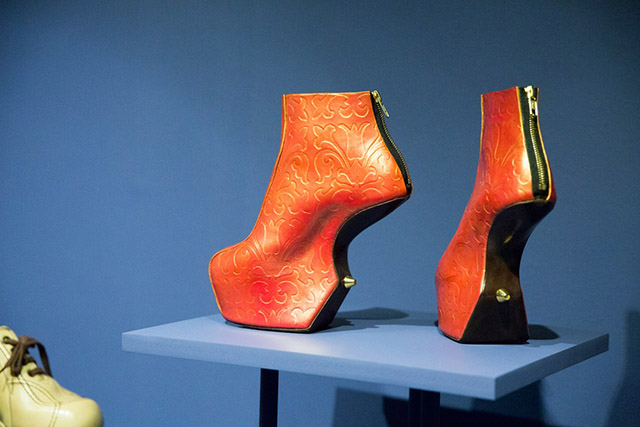 10-Installation-view-of-Shoes-Pleasure-and-Pain-at-the-VandA-Victoria-and-Albert-Museum_1080x720