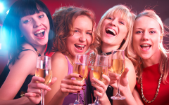 woman_friends_party_christmas_drink_70191391