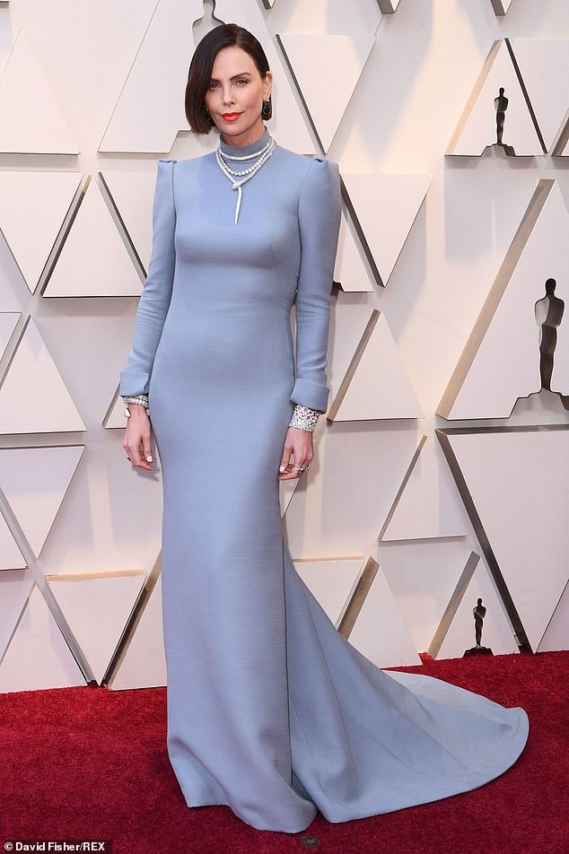 10229568-6740999-Gorgeous_Charlize_Theron_pulled_out_all_the_stops_wearing_a_back-m-53_1551054365387