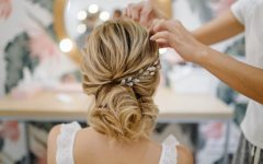 hairdresser-woman-weaving-braid-hair-wedding-styling_1328-2878