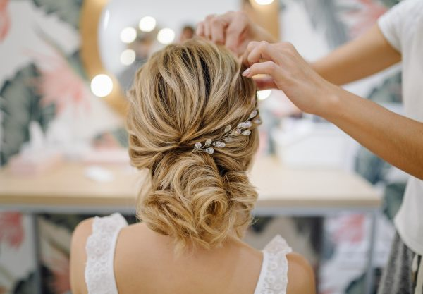 hairdresser-woman-weaving-braid-hair-wedding-styling_1328-2878